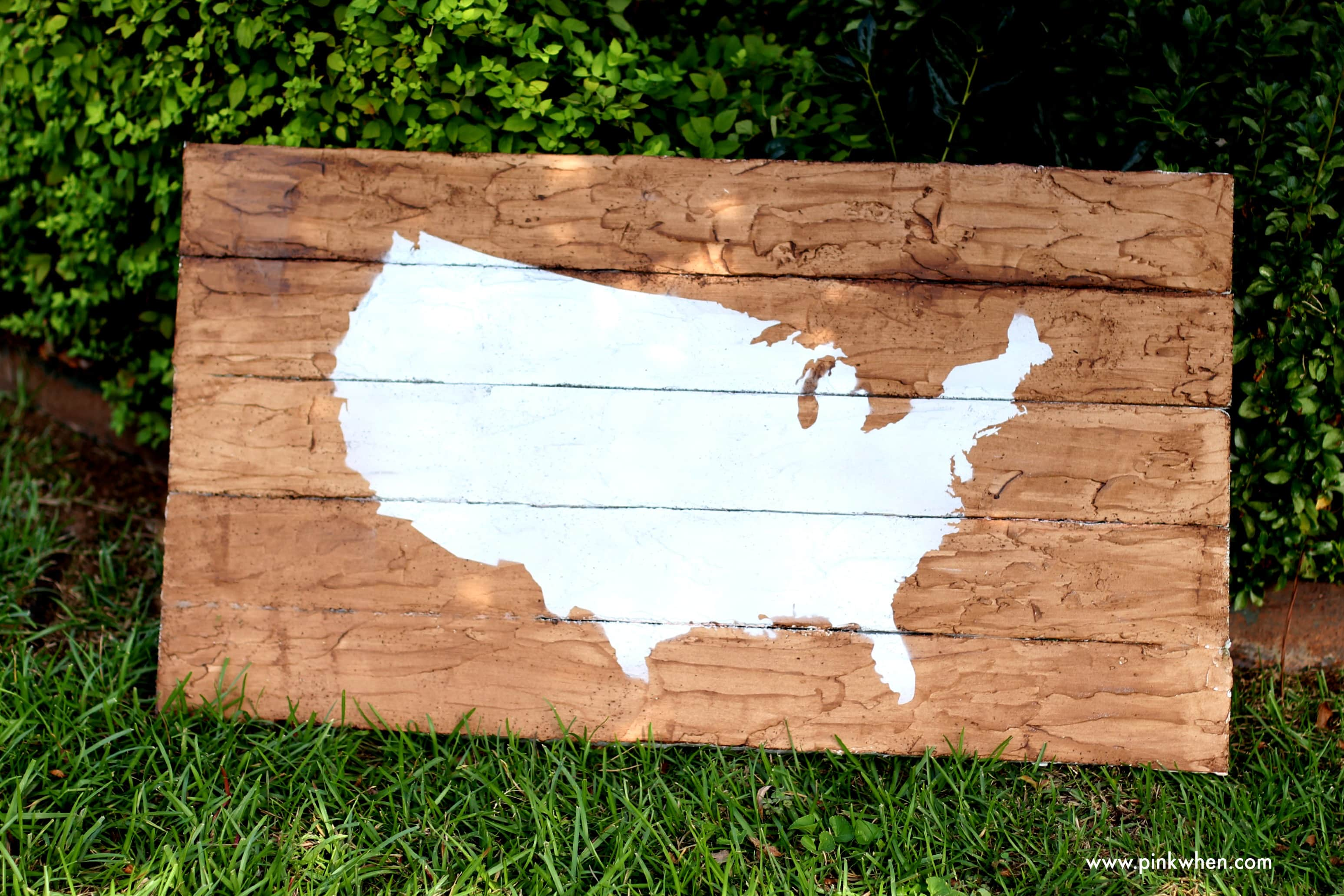 DIY Faux Wood Pallet Map Art from PinkWhen.com