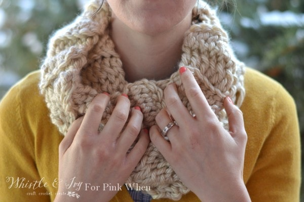 (Almost) 30 Minute Ribbed Crochet Cowl - make this snuggly and cute cowl in less than an hour with this free pattern! The perfect gift for someone you love or for yourself.