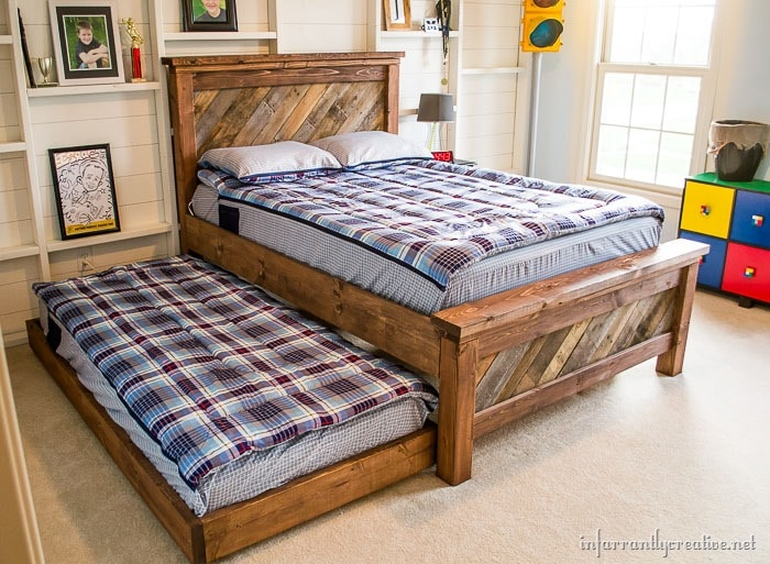 Awesome Pallet Projects - this pallet bed and rolling trundle is AWESOME!