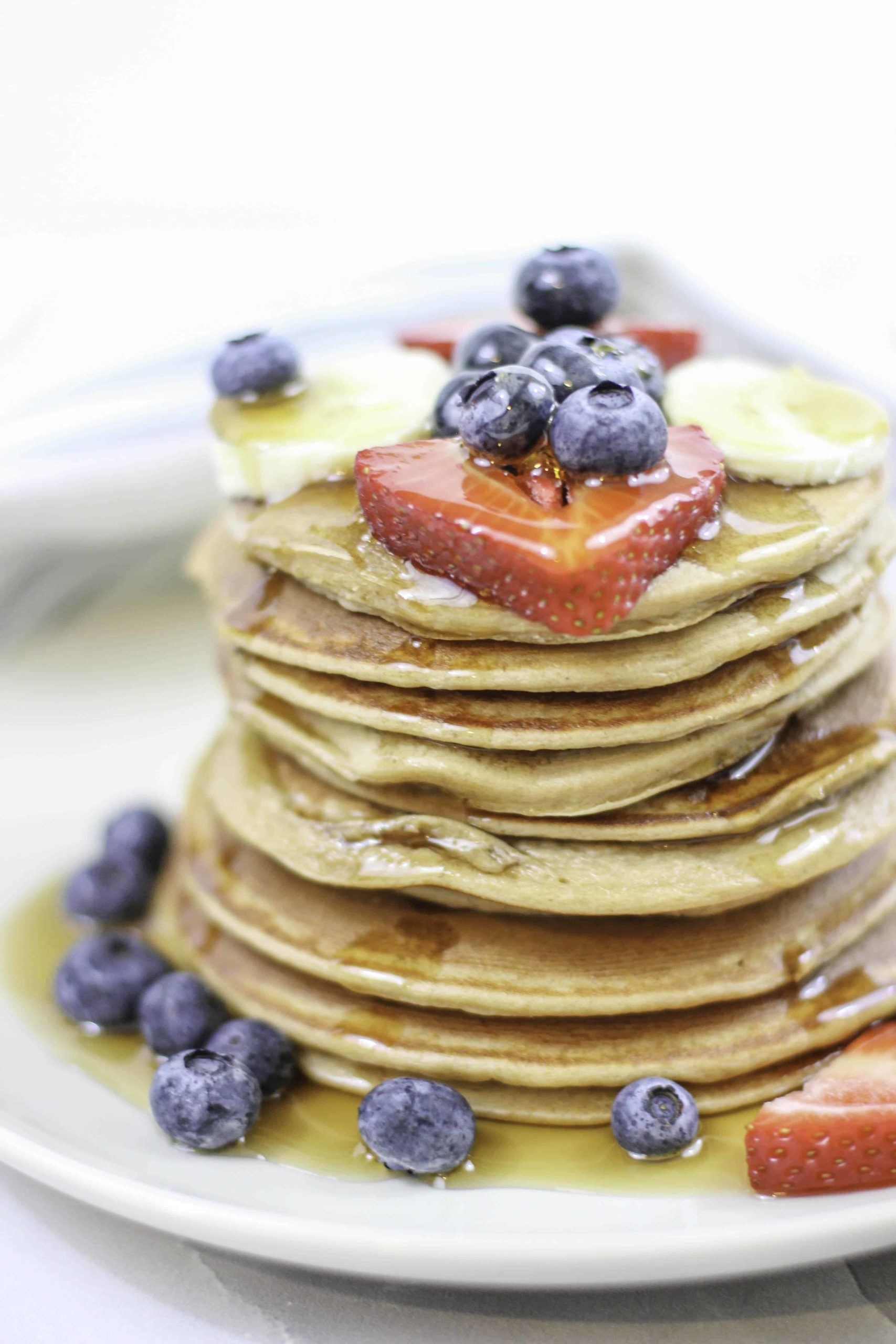 These protein pancakes are delicious and easy and have NO white flour or added sugar. They are the perfect easy protein pancakes! #proteinpancakes #proteinpancakerecipe